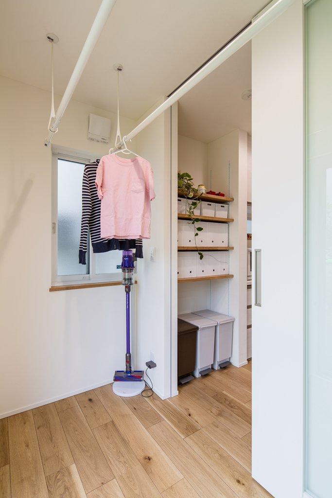 キッチンと畳コーナーの両方から入れるサンルーム。掃き出し窓から出られるので、外干しもスムーズに行える。