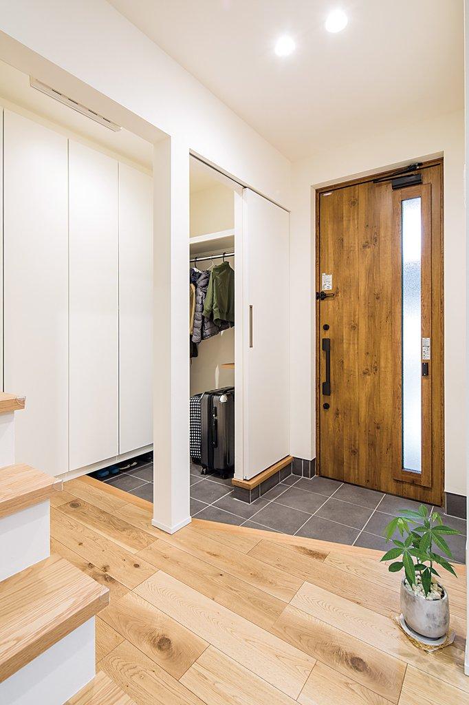 玄関には便利なシューズクロークを併設。仕事で出張が多いというご主人のスーツケースもすっきりと格納。